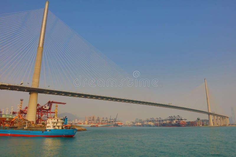 Navio de carga com ponte dos Stonecutters fotografia de stock