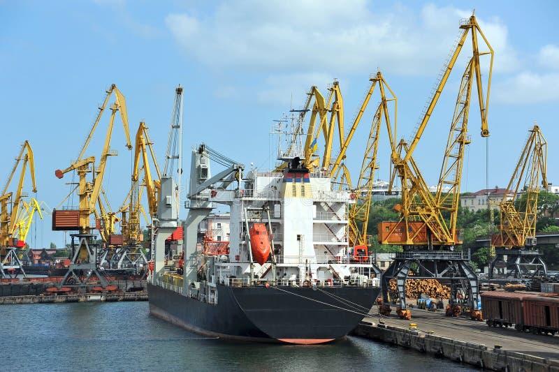 Navio de carga da maioria sob o guindaste do porto fotografia de stock royalty free