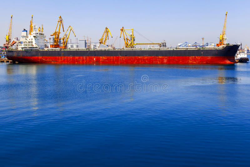 Navio de carga da maioria sob a ponte do guindaste do porto fotografia de stock royalty free