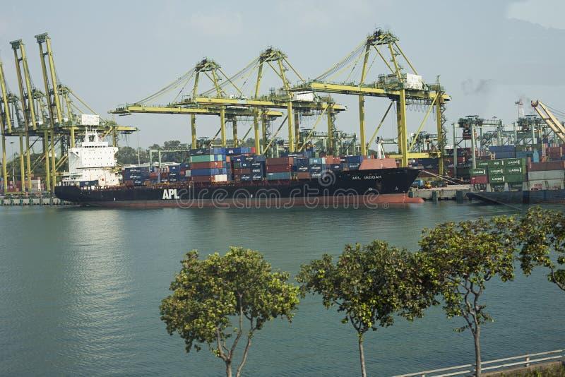 Navio de carga da maioria sob a ponte do guindaste do porto, Odessa, Ucrânia foto de stock