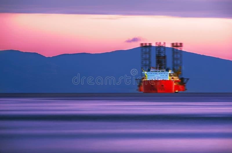 Navio de carga em cores do por do sol fotografia de stock royalty free