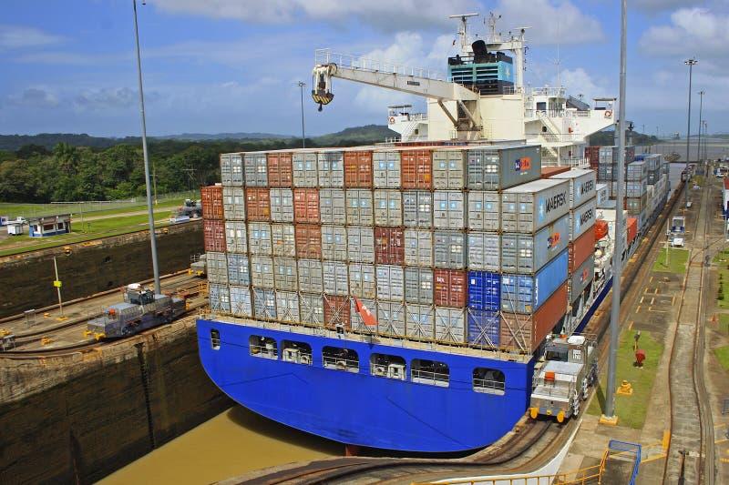 Navio de carga em fechamentos do canal do Panamá fotografia de stock royalty free