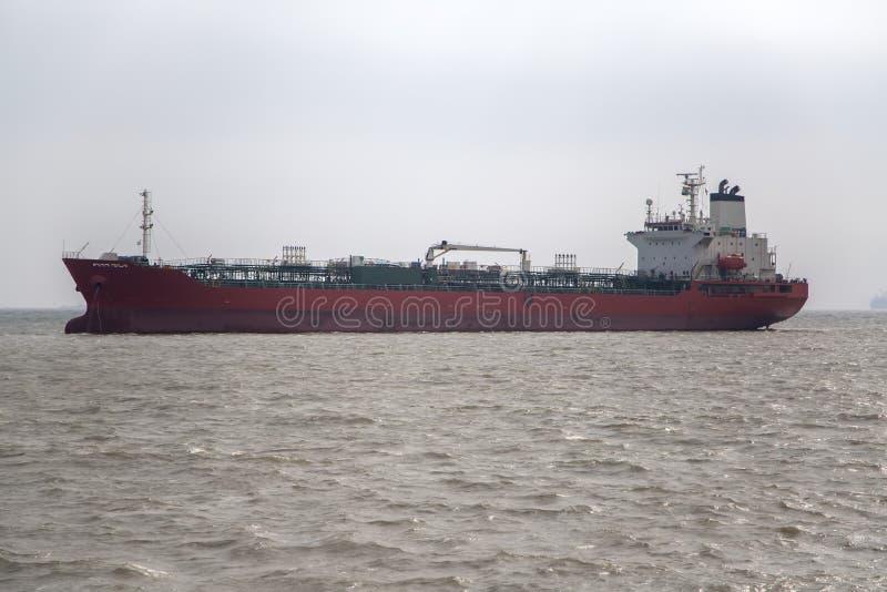 Navio de carga em Mumbai, Índia imagem de stock