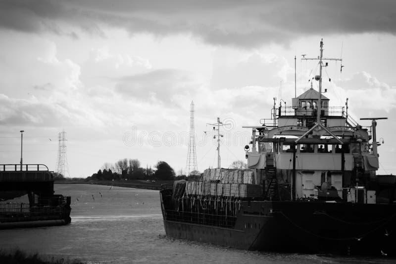 Navio de carga em preto e branco imagem de stock