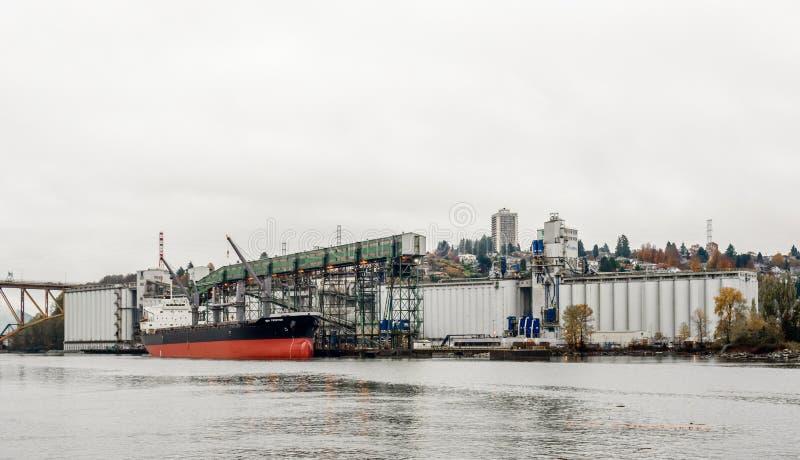 Navio de carga entrado no terminal industrial em Vancôver, BC, Canadá fotos de stock royalty free