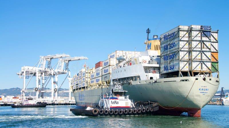 Navio de carga KAUAI de Matson que entra no porto de Oakland imagem de stock