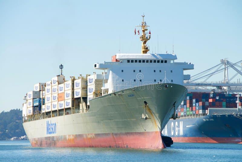 Navio de carga KAUAI de Matson que entra no porto de Oakland imagens de stock