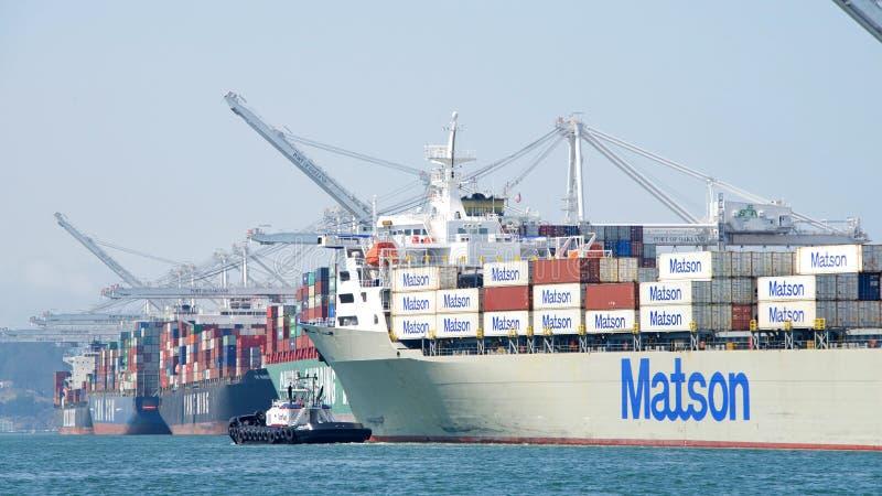 Navio de carga MANOA de Matson que entra no porto de Oakland com auxílio do rebocador imagens de stock
