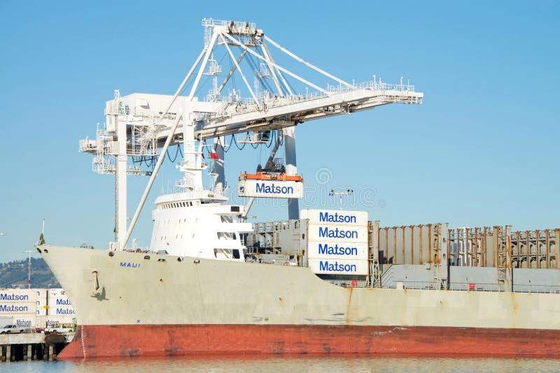 Navio de carga MAUI de Matson que descarrega no porto de Oakland imagem de stock