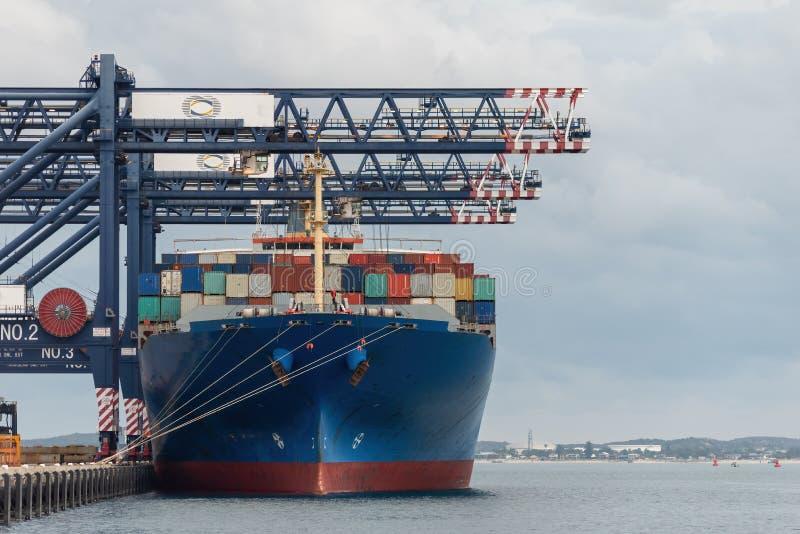 Navio de carga na doca que espera para ser descarregado fotografia de stock royalty free