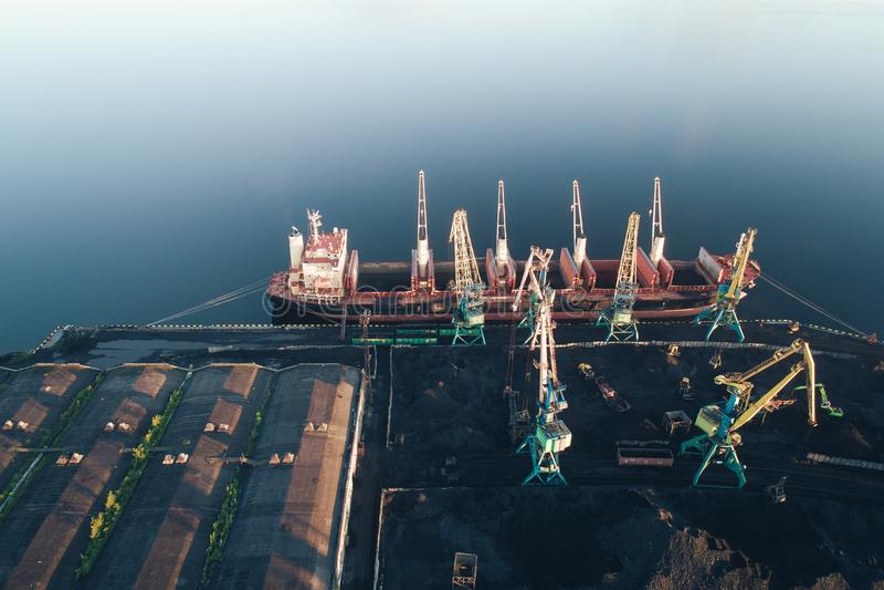 Navio de carga na opinião aérea do porto do zangão fotografia de stock