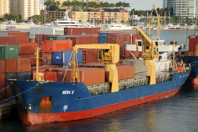 Navio de carga na porta de Miami imagem de stock royalty free