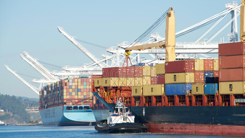 Navio de carga NIKOLAS que entra no porto de Oakland imagem de stock royalty free