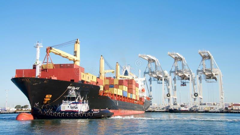 Navio de carga NIKOLAS que entra no porto de Oakland imagens de stock royalty free