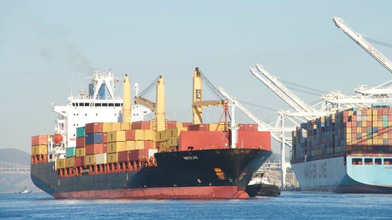 Navio de carga NIKOLAS que entra no porto de Oakland fotos de stock