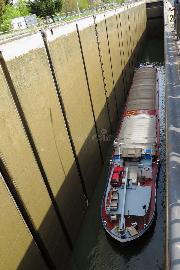 Navio de carga no canal da drenagem fotos de stock royalty free