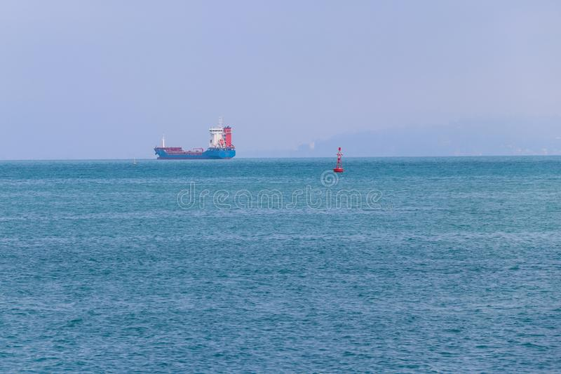 Navio de carga no horizonte no Mar Negro foto de stock royalty free