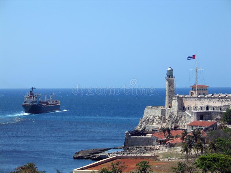 Navio de carga no louro de Havana imagem de stock