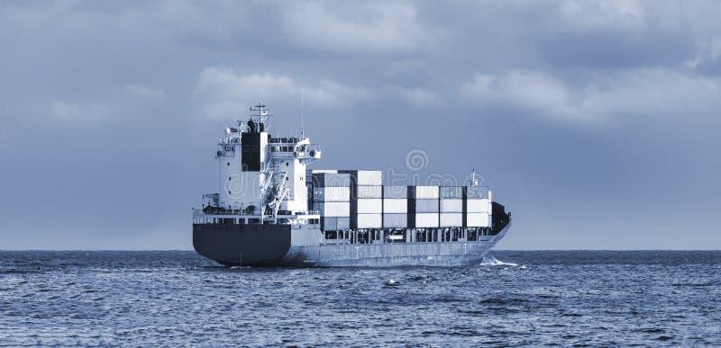 Navio de carga no oceano fotos de stock royalty free