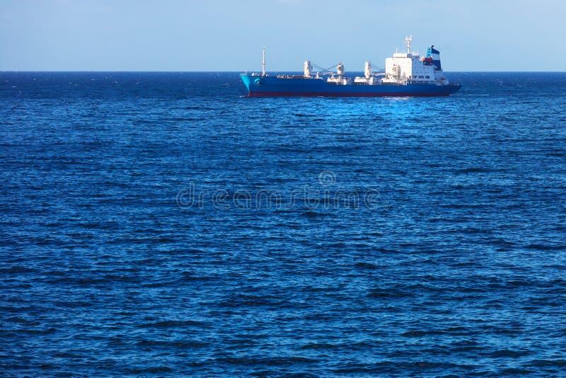 Navio de carga no oceano fotos de stock