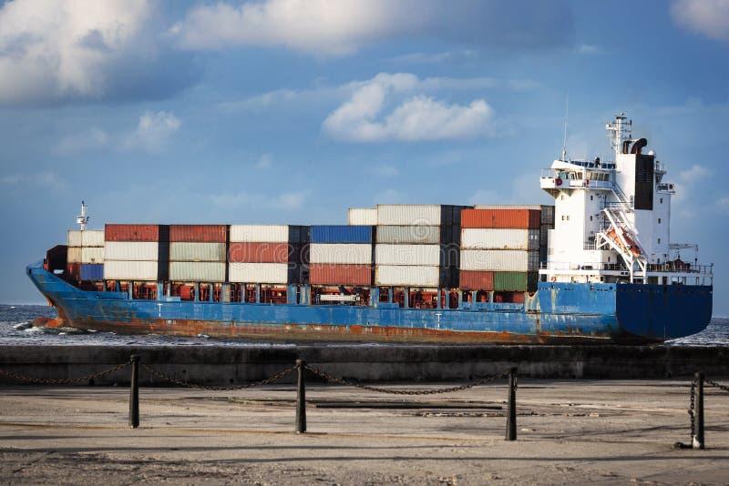 Navio de carga no oceano fotografia de stock royalty free