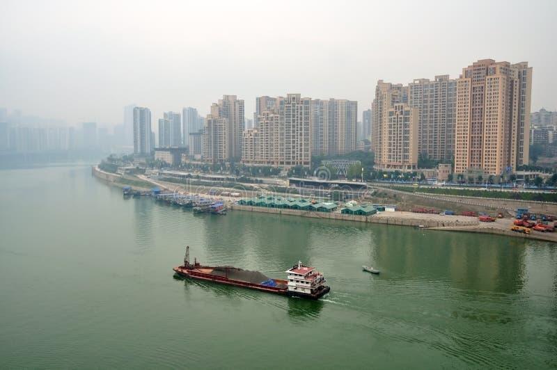 Navio de carga no rio de Yangtze imagens de stock