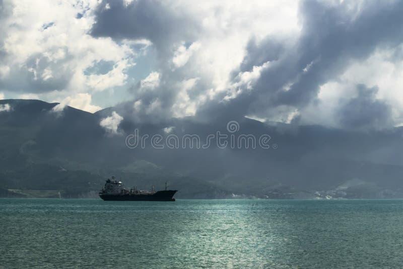 Navio de carga paisagem no Mar Negro, mar em um fundo do mo imagem de stock royalty free