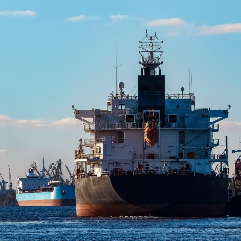 Navio de carga preto fotografia de stock