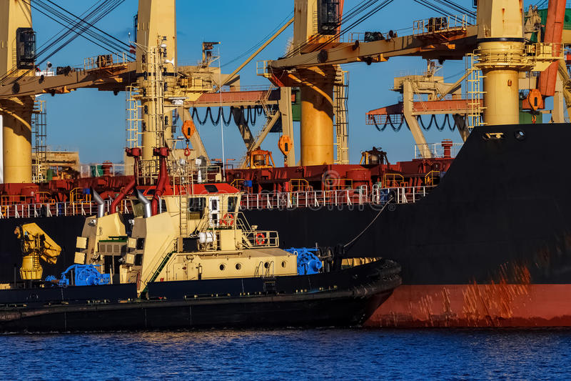Navio de carga preto imagens de stock
