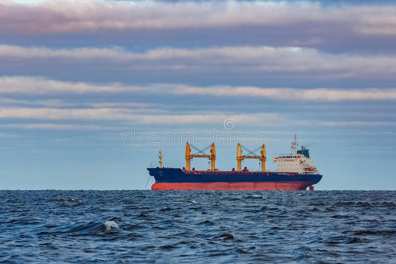 Navio de carga preto foto de stock royalty free