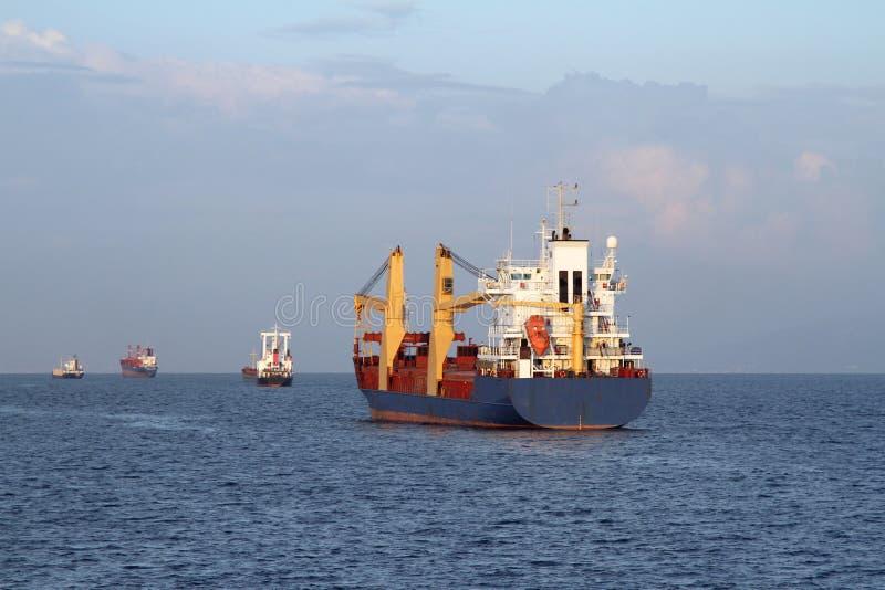 Navio de carga que navega o mar foto de stock royalty free