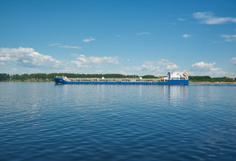 Navio de carga seca no Volga imagem de stock