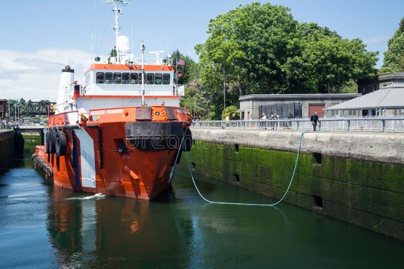 Navio de combate ao fogo do grande rebocador em Ballard Locks imagem de stock royalty free