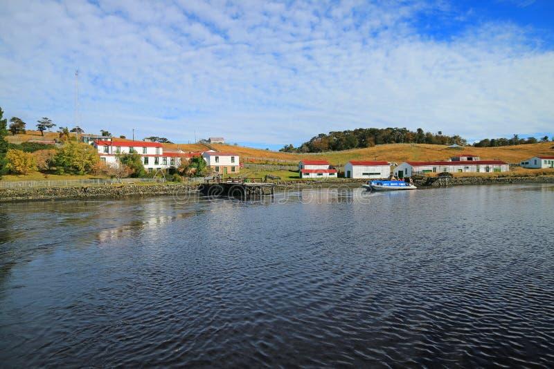 Navio de cruzamento que sae de um rancho histórico da ilha pequena no canal do lebreiro, Ushuaia, Argentina fotografia de stock royalty free