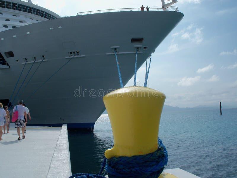 Navio de cruzeiros amarrado fora imagens de stock royalty free