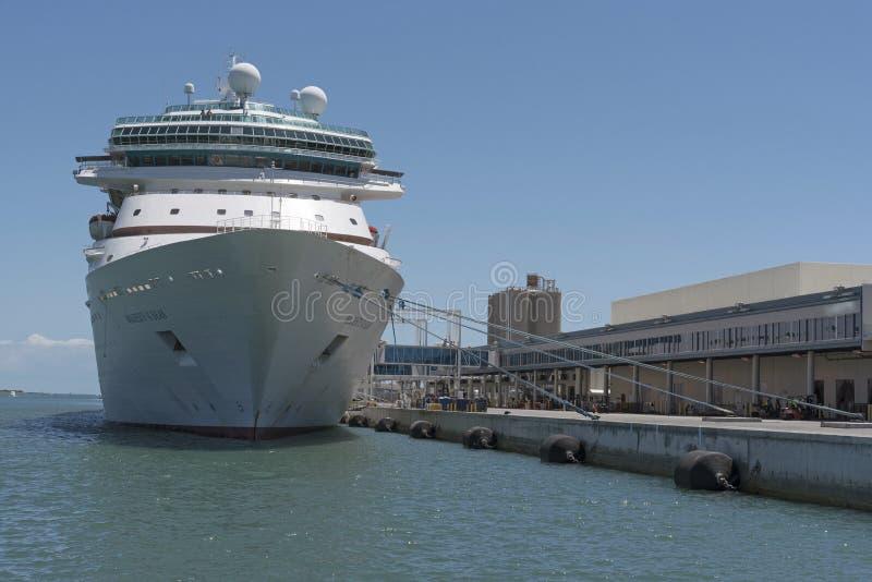 Navio de cruzeiros ao lado do terminal de passageiro 1 Florida de Canaveral do porto EUA fotografia de stock