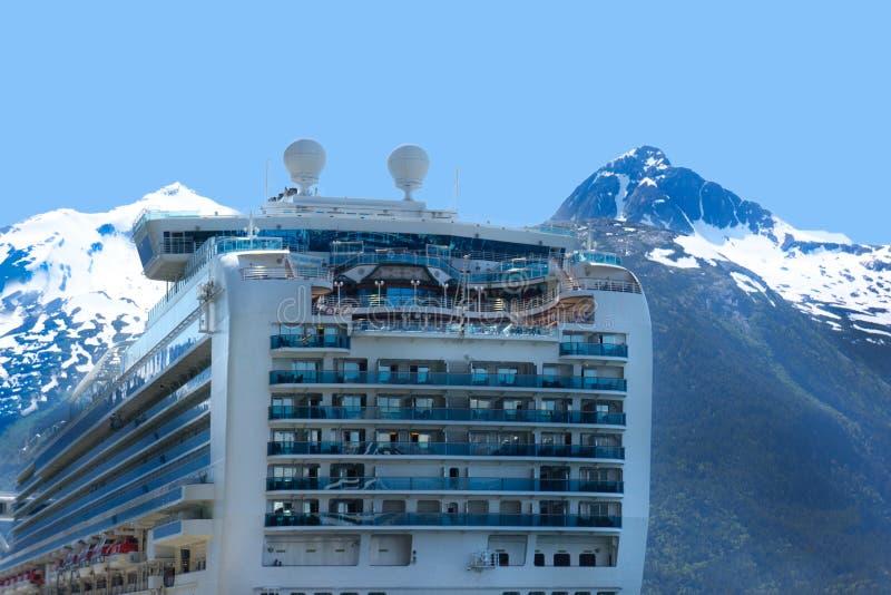 Navio de cruzeiros com montanhas de Alaska imagens de stock