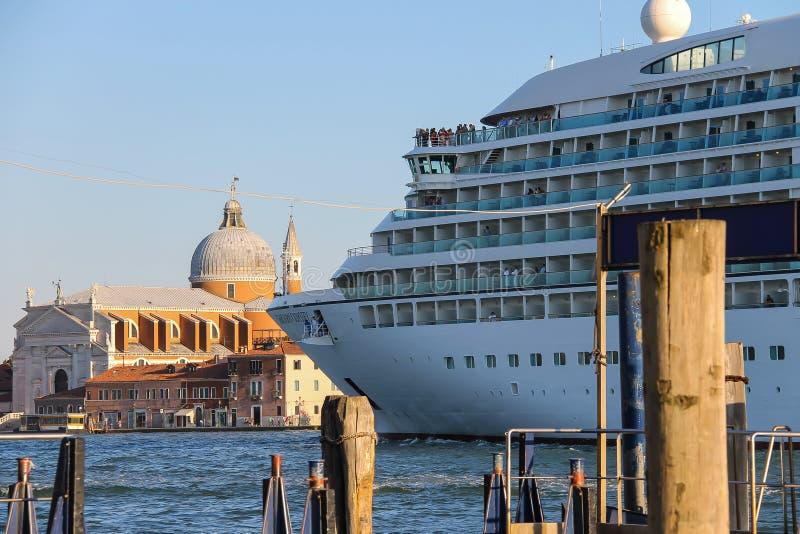 Navio de cruzeiros da odisseia de Seabourn com os passageiros na lagoa de Veneza, I fotos de stock royalty free