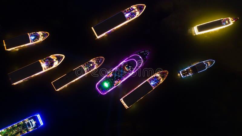 Navio de cruzeiros da opinião aérea de borrão de movimento na noite em Chao Phraya River, embarcação do navio de cruzeiros do pas fotografia de stock royalty free