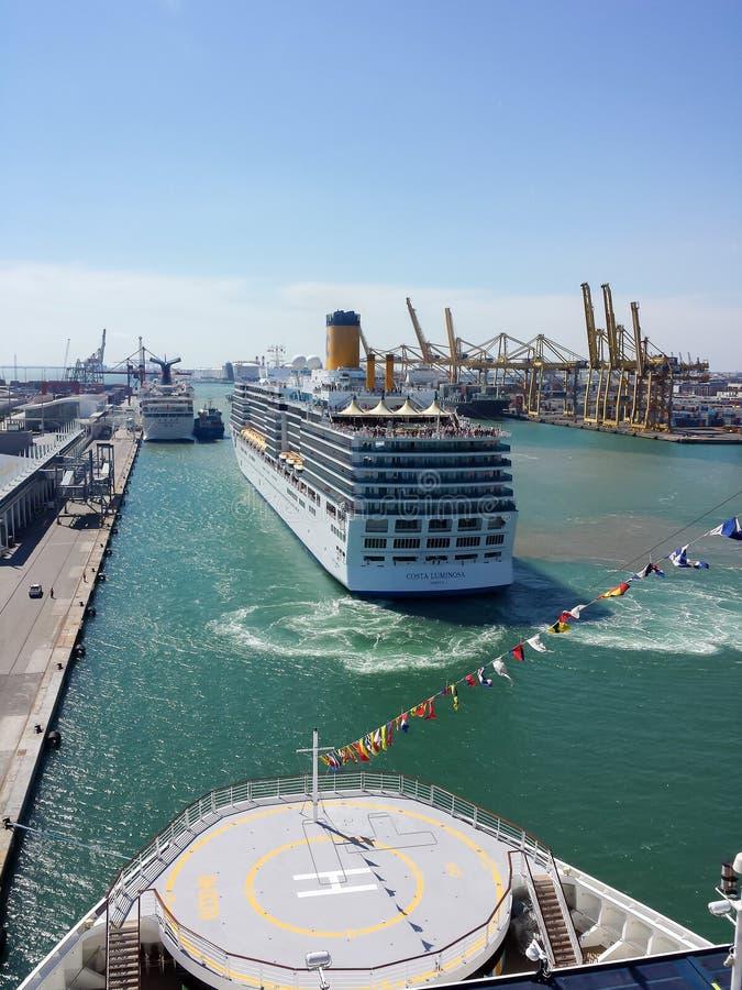Navio de cruzeiros de Costa Luminosa no porto de Barcelona fotos de stock royalty free