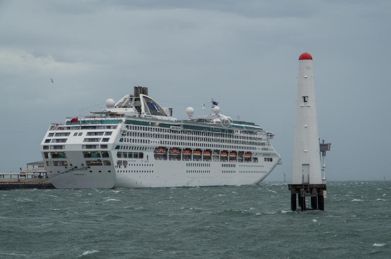 Navio de cruzeiros de Dawn Princess no porto Melbourne imagens de stock royalty free