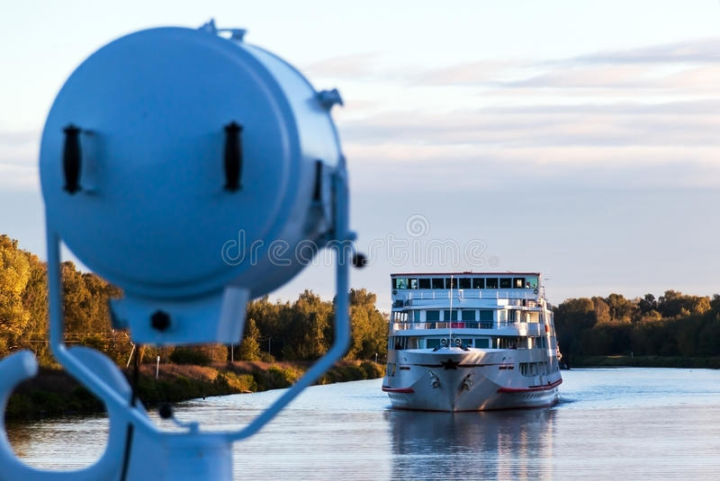 Navio de cruzeiros do rio cedo na manhã foto de stock