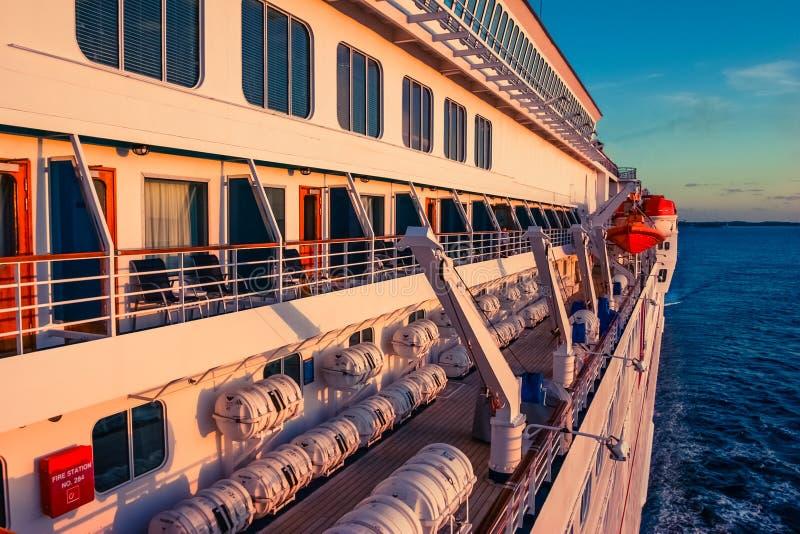 Navio de cruzeiros durante a viagem do mar no por do sol imagens de stock royalty free