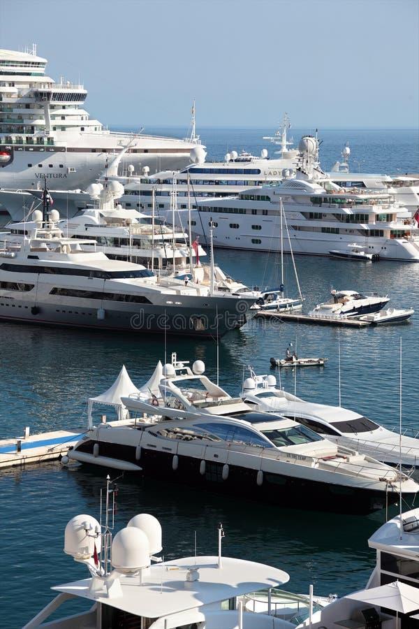 Navio de cruzeiros e iate no porto em Mônaco foto de stock