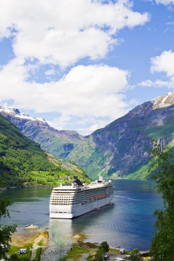 Navio de cruzeiros em fiordes noruegueses imagem de stock