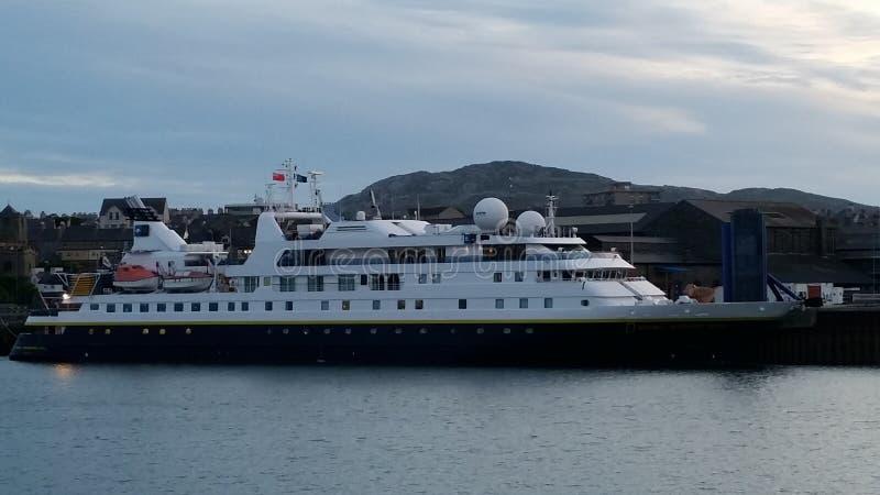 Navio de cruzeiros em Holyhead foto de stock royalty free
