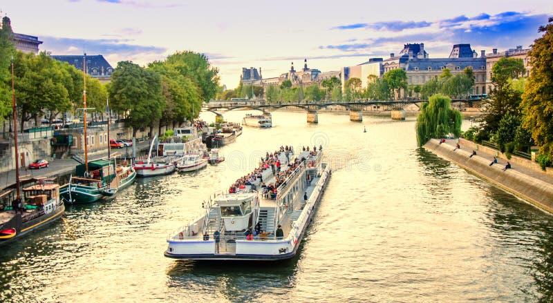 Navio de cruzeiros em Paris fotografia de stock
