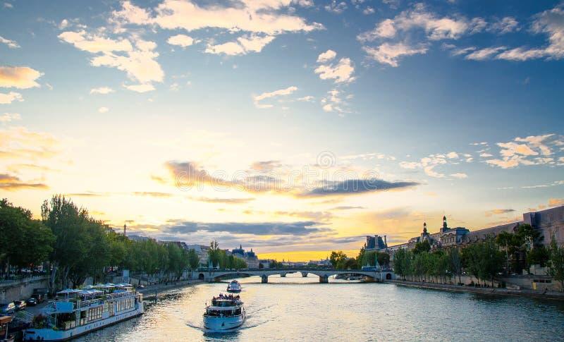 Navio de cruzeiros em Paris imagem de stock
