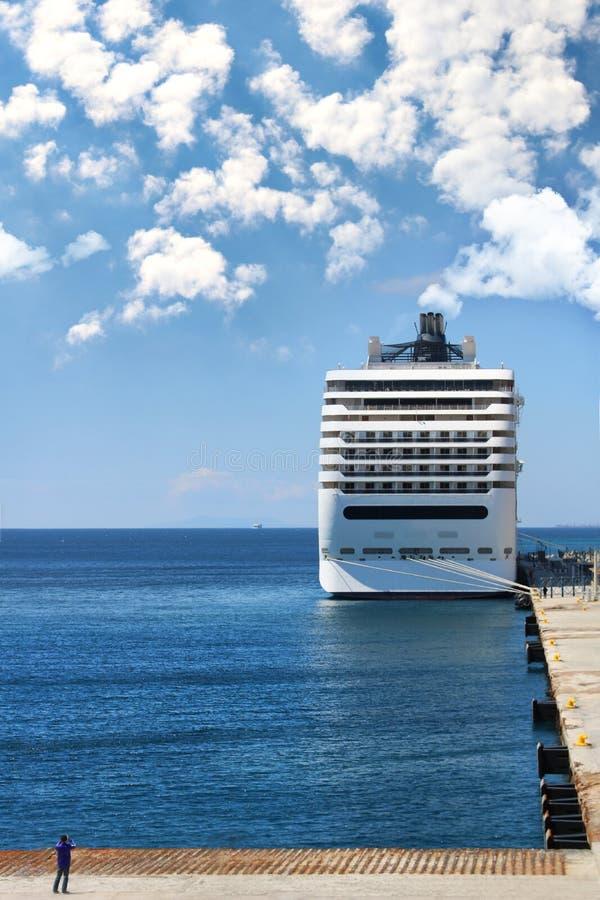 Navio de cruzeiros em um porto protegido fotografia de stock royalty free