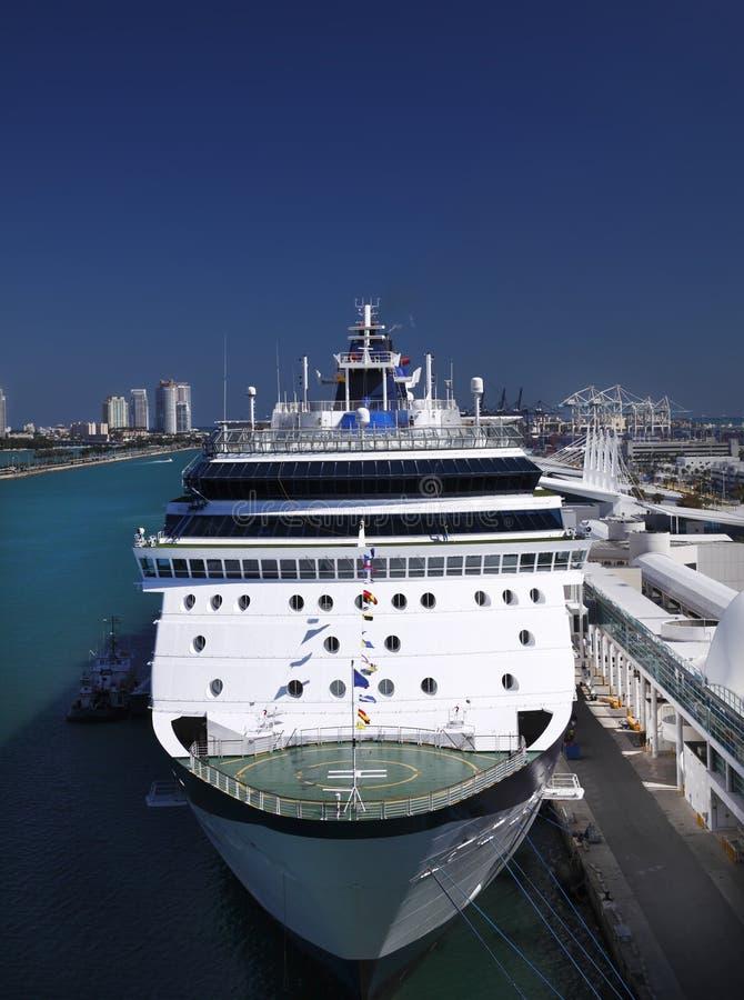 Navio de cruzeiros entrado - Miami imagens de stock